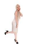 Blonde Frau, die im Abendkleid steht Stockfoto