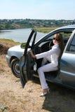 Blonde Frau, die im Auto sitzt Lizenzfreie Stockfotografie