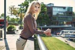 Blonde Frau, die im Garten des Hotels stillsteht Stockfotos
