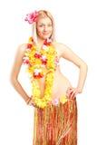 Blonde Frau, die im hawaiischen Kostüm aufwirft Stockfotos