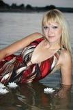 Blonde Frau, die im Wasser liegt Stockfotos