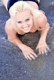 Blonde Frau, die im Wasser liegt Lizenzfreies Stockfoto