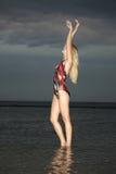 Blonde Frau, die im Wasser steht Stockfoto