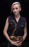 Blonde Frau, die königliche Pythonschlange hält Stockfoto