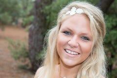 Blonde Frau, die Kamera betrachtend lächelt Stockfoto