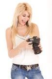 Blonde Frau, die Kamera verwendet Lizenzfreies Stockfoto