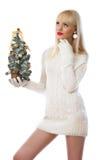 Blonde Frau, die kleinen Weihnachtsbaum anhält Stockfotografie