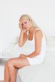 Blonde Frau, die Kopfschmerzen hat Lizenzfreie Stockbilder