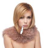 Blonde Frau, die kranker und trauriger, rosafarbener Pelzkragen ist Lizenzfreies Stockbild