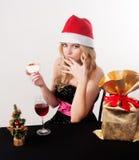 Blonde Frau, die Kuchen isst Lizenzfreies Stockfoto