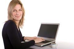 Blonde Frau, die Laptop verwendet Stockfotografie