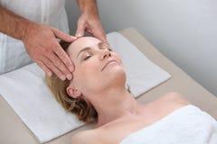 Blonde Frau, die Massage empfängt Stockbilder