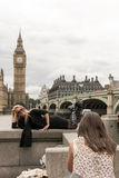 Blonde Frau, die mit Big Ben in London aufwirft Lizenzfreie Stockfotos