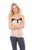 Blonde Frau, die mit den Armen gekreuzt lächelt Lizenzfreie Stockfotografie