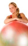 Blonde Frau, die mit einer pilates Kugel trainiert Stockfotos
