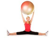 Blonde Frau, die mit einer pilates Kugel trainiert Lizenzfreie Stockfotos