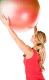 Blonde Frau, die mit einer pilates Kugel trainiert Stockfoto
