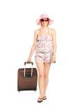 Blonde Frau, die mit ihrem Gepäck geht Lizenzfreies Stockfoto