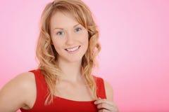 Blonde Frau, die mit ihrem Haar spielt Lizenzfreies Stockbild