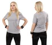 Blonde Frau, die mit leerem grauem Hemd aufwirft Stockbilder