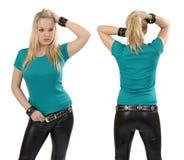 Blonde Frau, die mit leerem Jadehemd aufwirft Stockfoto