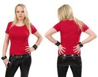 Blonde Frau, die mit leerem rotem Hemd aufwirft Stockbild