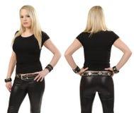 Blonde Frau, die mit leerem schwarzem Hemd aufwirft Lizenzfreies Stockfoto