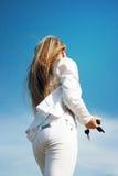 Blonde Frau, die mit Taste steht Stockbilder