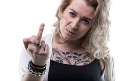 Blonde Frau, die Mittelfinger zeigt Stockfoto