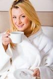 Blonde Frau, die Morgenkaffee trinkt Lizenzfreie Stockfotos