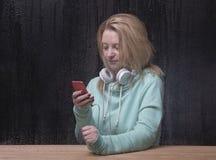 Blonde Frau, die Musik hört Stockbilder