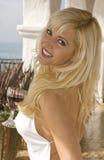 Blonde Frau, die nah oben lächelt Stockbild