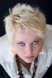 Blonde Frau, die oben schaut Lizenzfreie Stockfotografie