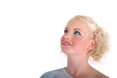 Blonde Frau, die oben schaut Stockfoto