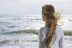 Blonde Frau, die Ozean betrachtet Lizenzfreies Stockfoto