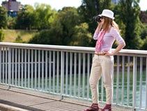 Blonde Frau, die photoshootings bildet Stockbilder