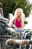 Blonde Frau, die pretrip Kontrolle tut Stockfotos