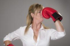 Blonde Frau, die rote Boxhandschuhe trägt Lizenzfreie Stockfotos