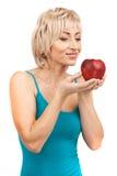 Blonde Frau, die roten Apfel hält Stockfotografie