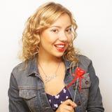 Blonde Frau, die rotes Herz hält Stockfotografie