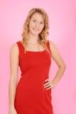 Blonde Frau, die rotes Kleid trägt Lizenzfreie Stockfotografie
