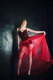 Blonde Frau, die schönen langen roten Rock und Korsett trägt Lizenzfreie Stockfotografie