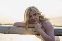 Blonde Frau, die am See aufwirft Lizenzfreie Stockfotografie