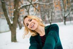 Blonde Frau, die selfie draußen in der Winternatur nimmt Lizenzfreies Stockfoto