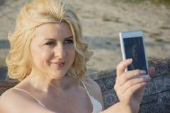Blonde Frau, die selfie nimmt Lizenzfreies Stockbild
