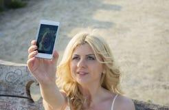 Blonde Frau, die selfie nimmt Lizenzfreie Stockfotos