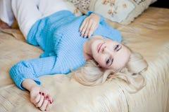 Blonde Frau, die sich zu Hause entspannt Lizenzfreies Stockbild