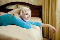 Blonde Frau, die sich zu Hause entspannt Lizenzfreie Stockfotografie