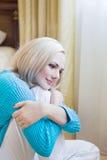 Blonde Frau, die sich zu Hause entspannt Lizenzfreie Stockfotos