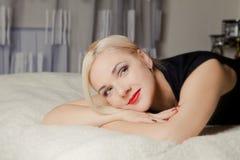 Blonde Frau, die sich zu Hause entspannt Lizenzfreies Stockfoto